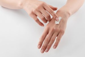 Растрескивание кожи рук, что делать и как лечить