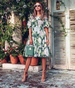 Выбирает платье на лето