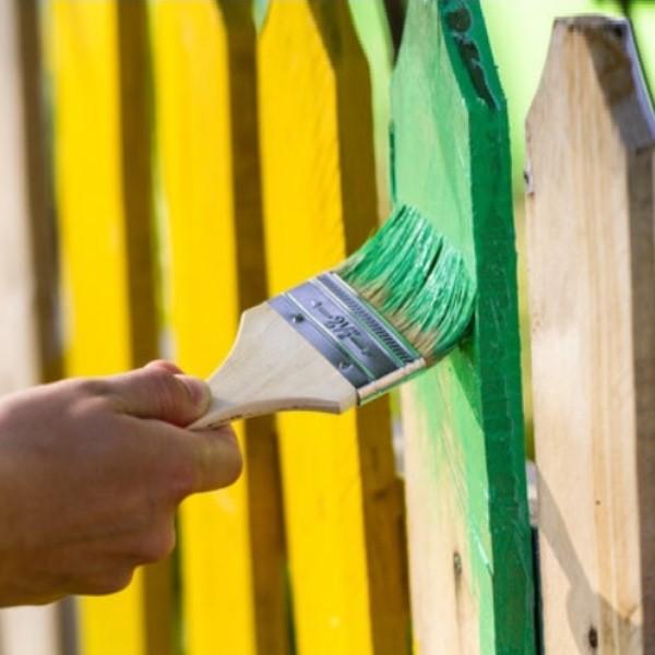 Покраска деревянного забора, чем лучше покрасить