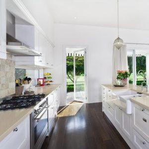 Белая мебель на кухне - правильный уход, чтобы сохранить яркий цвет