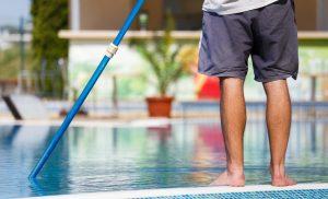 Как очистить дно бассейна от песка и грязи