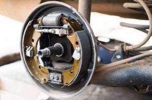 Как избежать износа креплений тормозных колодок барабанного тормоза