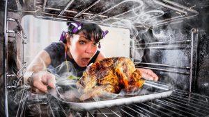 Пригоревшая еда и как избавиться от запаха гари на кухне
